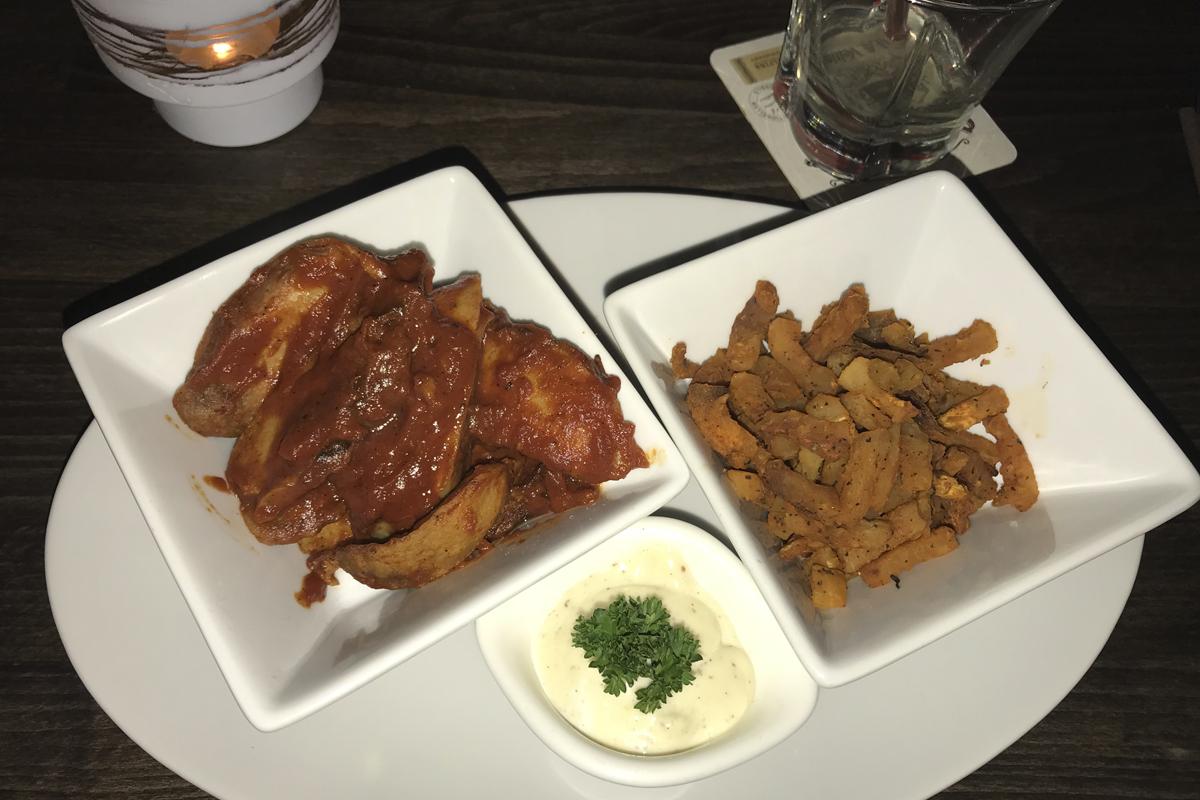 Das Foto zeigt low Carb Currywurst mit Kohlrabi-Pommes und Knoblauch-Majo im Lekka in Bottrop