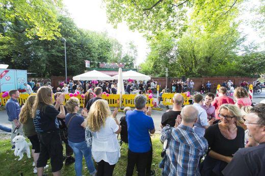 Das Foto zeigt viele Menschen an der Bude beim Tag der Trinkhallen