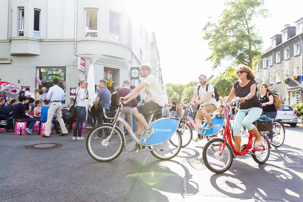 Das Foto zeigt eine Radfahrer und Besucher beim Tag der Trinkhallen