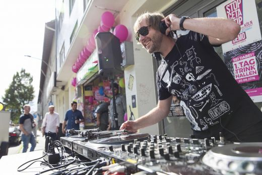 Das Foto zeigt einen DJ beim Tag der Trinkhallen