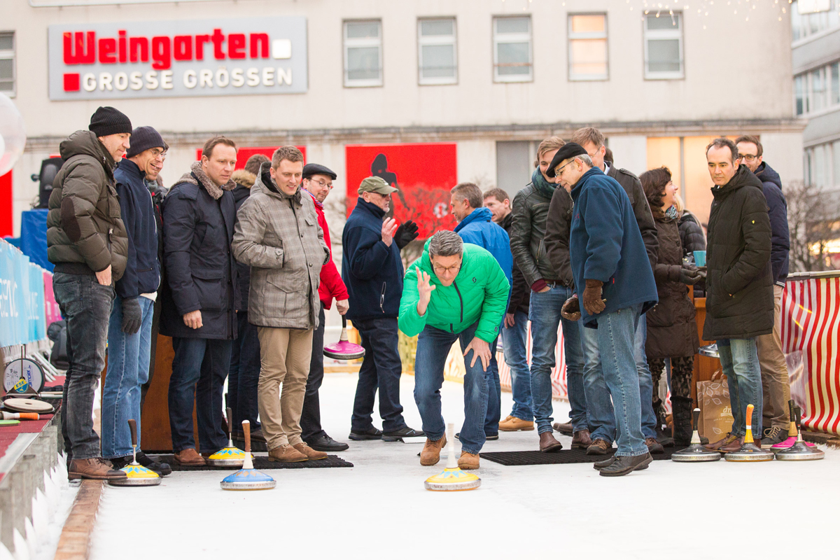 Eisstockschießendes Team bei ESSEN.ON ICE.