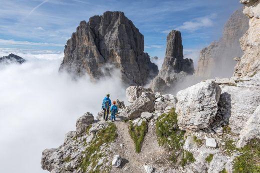 Das Foto zeigt eine Bergwanderung in den italienischen Alpen.