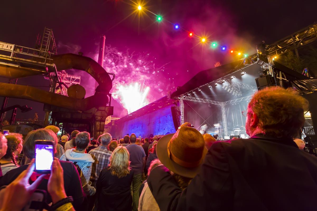 Das Foto zeigt das Feuerwerk bei der ExtraSchicht an der Henrichshütte in Hattingen