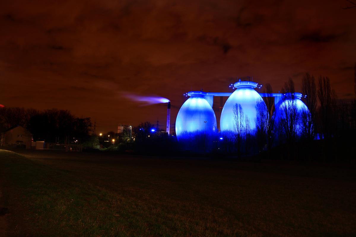 Das Foto zeigt das Klärwerk in Bottrop bei Nacht