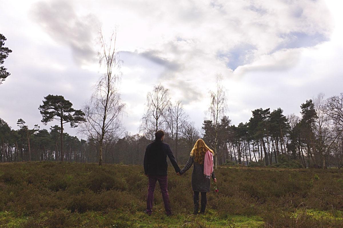 Das Foto zeigt Rebecca und Lukas beim romantischen Spaziergang in der Dingdener Heide