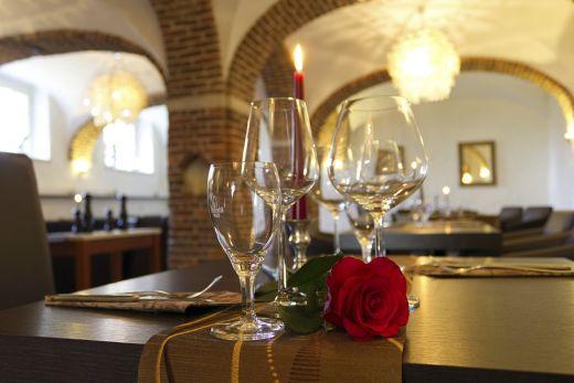 Das Foto zeigt einen romantisch gedeckten Tisch im Restaurant Canape im Schloss Ringenberg in Hamminkeln