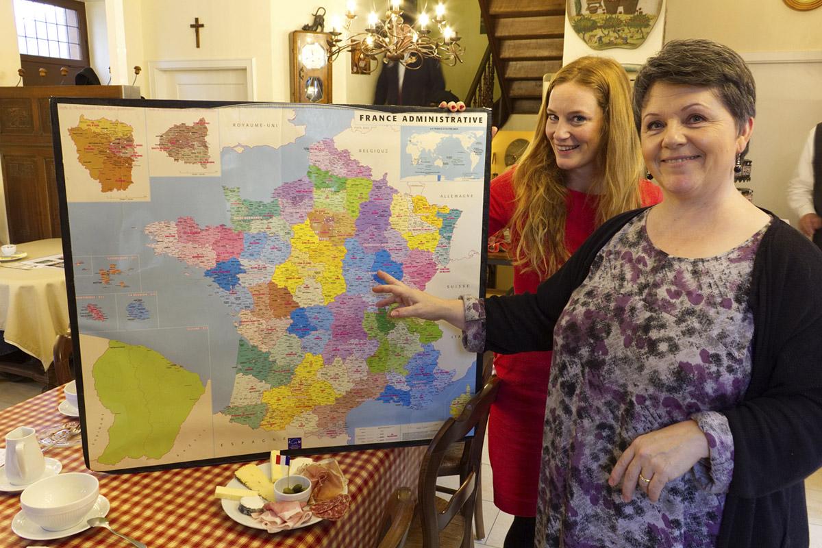 Das Foto zeigt Rebecca mit Sylvie-Anne Valambert, der Besitzerin des Le Café Crème