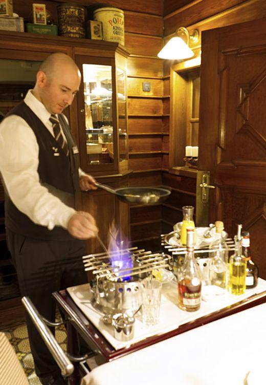 Das Foto zeigt den Chefkoch des Wellings Romantik Hotel zur Linde in Moers beim Flambieren eines Crepes