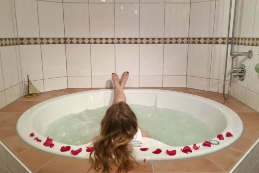 Das Foto zeigt Rebecca im Whirlpool des Wellings Romantik Hotel zur Linde in Moers