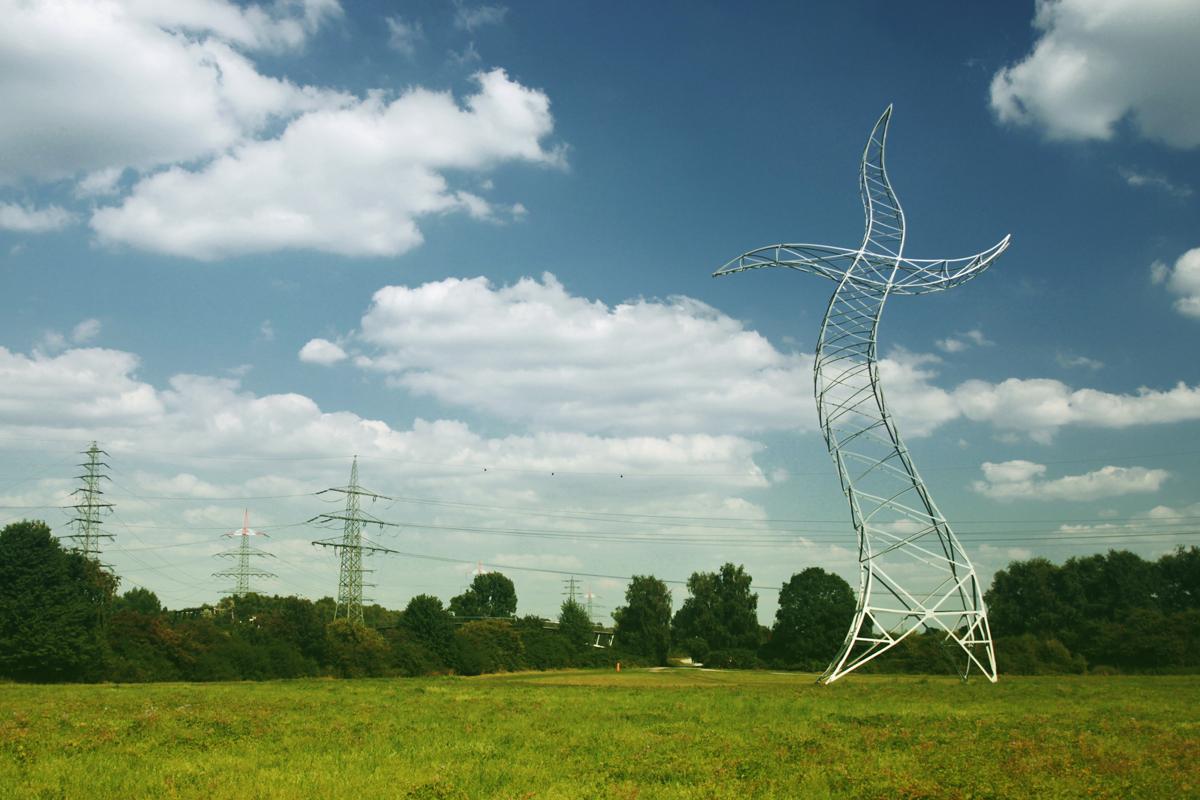 """Das Foto zeigt den tanzenden Strommast """"Zauberlehrling"""" der Künstler Inges Idee"""