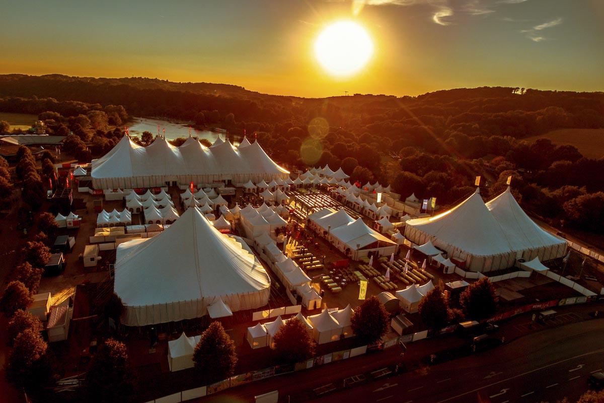 Das Foto zeigt das Festivalgelände des Zeltfestival Ruhr am Kemander See in Bochum von oben