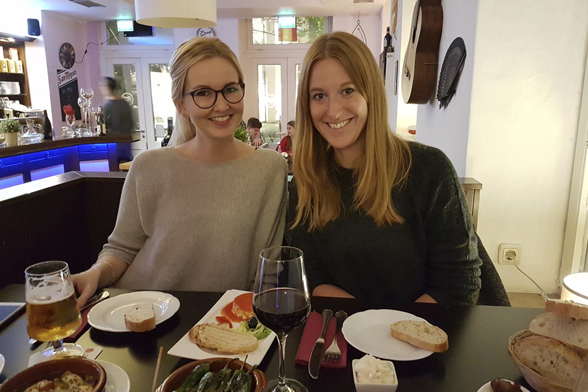 Das Foto zeigt Sarah und ihre Schwester beim Tapas essen im Brown Sugar in Moers