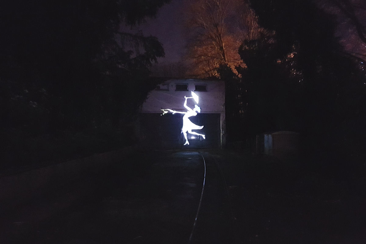 Das Foto zeigt eine beleuchtete Figur beim Parkleuchten im Grugapark Essen