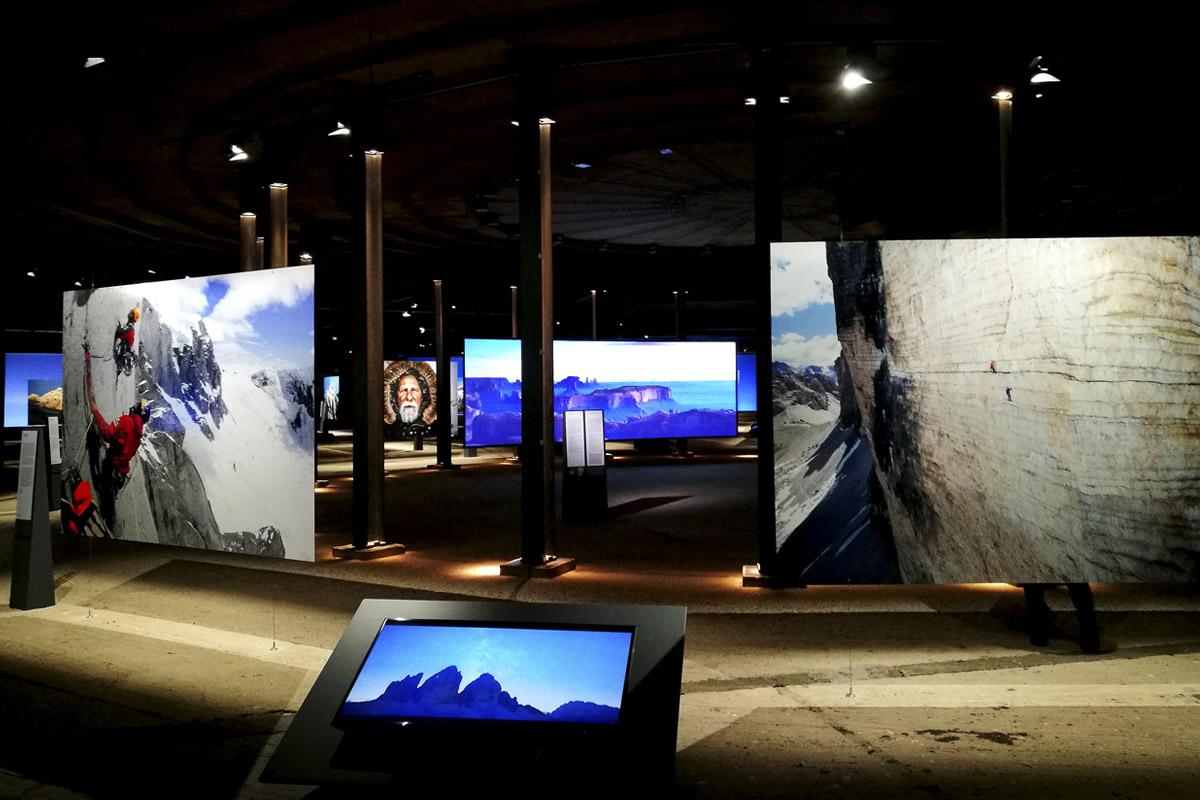 """Das Foto zeigt die großformatigen Fotos in der Ausstellung """"Der Berg ruft"""" im Gasometer Oberhausen"""