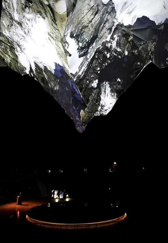 """Das Foto zeigt die beeindruckende Plastik des Matterhorns in der Ausstellung """"Der Berg ruft"""" im Gasometer Oberhausen"""