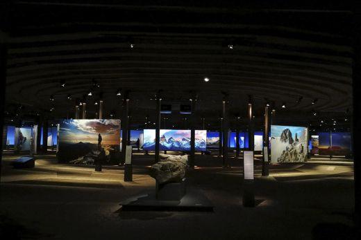 """Das Foto zeigt ein echtes Stück des Matterhorns in der Ausstellung """"Der Berg ruft"""" im Gasometer Oberhausen"""