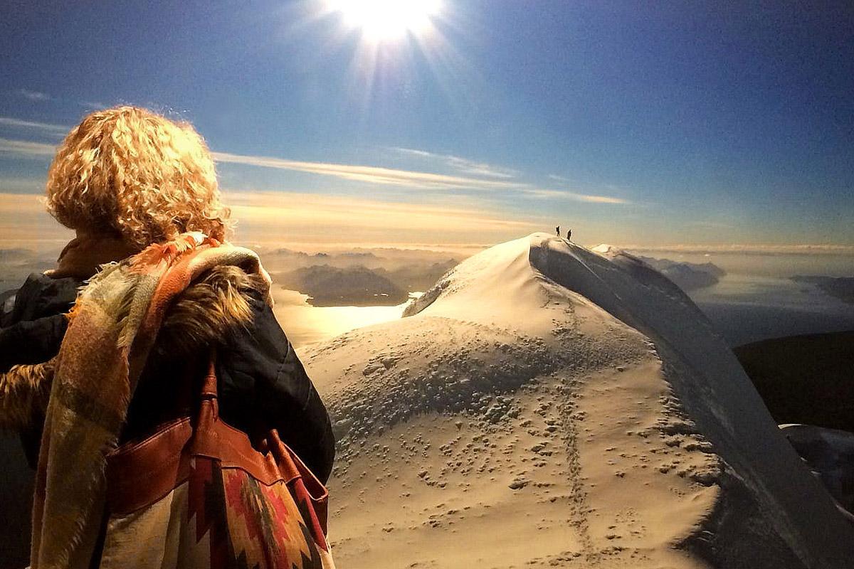 """Das Foto zeigt den Gipfel des Monte Sarmiento mit Ausblick auf die Magellanstraße in Südamerika in der Ausstellung """"Der Berg ruft"""" im Gasometer Oberhausen"""
