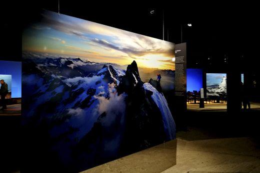 """Das Foto zeigt einen Bergsteiger kurz vor der Spitze der Meije in den französischen Alpen in der Ausstellung """"Der Berg ruft"""" im Gasometer Oberhausen"""