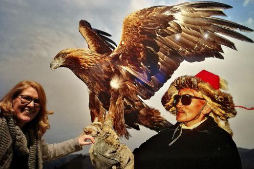 """Das Foto zeigt einen Wanderhirten im Altai in Kasachstan mit seinem Steinadler in der Ausstellung """"Der Berg ruft"""" im Gasometer Oberhausen"""
