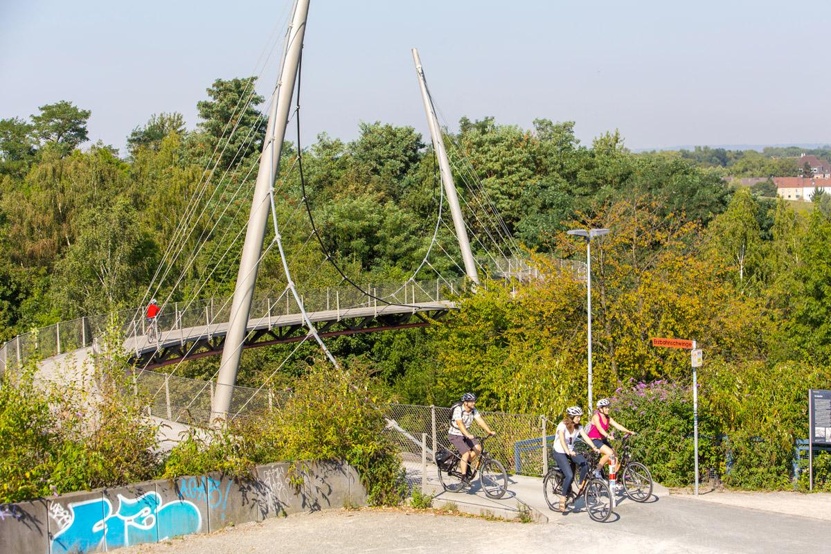 Das Foto zeigt Radfahrer auf der Erzbahntrasse im Westpark an der Jahrhunderthalle Bochum