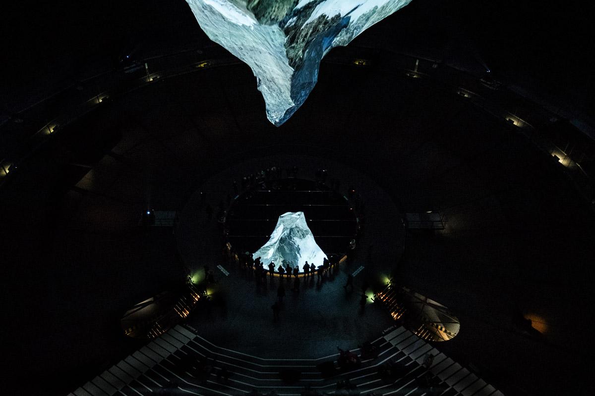 Das Bild zeigt die Projektionen eines Berg in der Austellung der Berg ruft im Gasometer Oberhausen