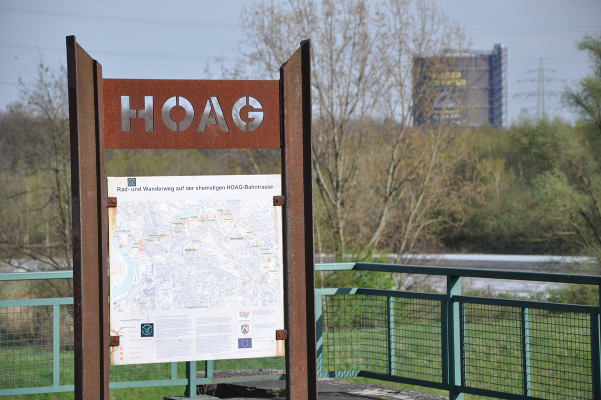 Das Foto zeigt ein Hinweisschild der HOAG-Bahntrasse