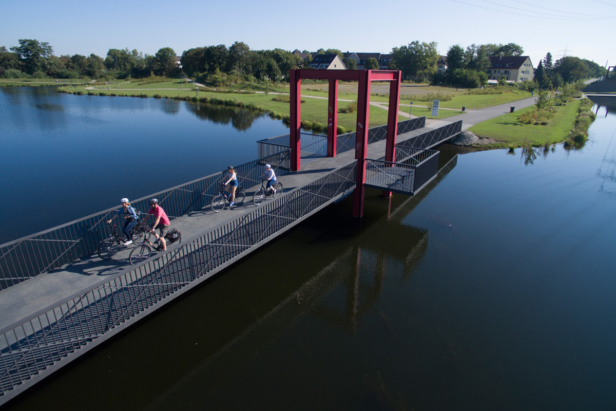 Das Foto zeigt Radler auf einer Brücke auf der Niederfeldsee in Essen