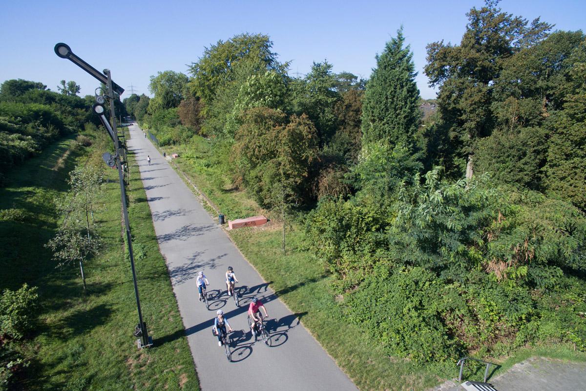 Das Foto zeigt eine Gruppe von Radfahrern beim Bahntrassenradeln auf dem RS1 im radrevier.ruhr