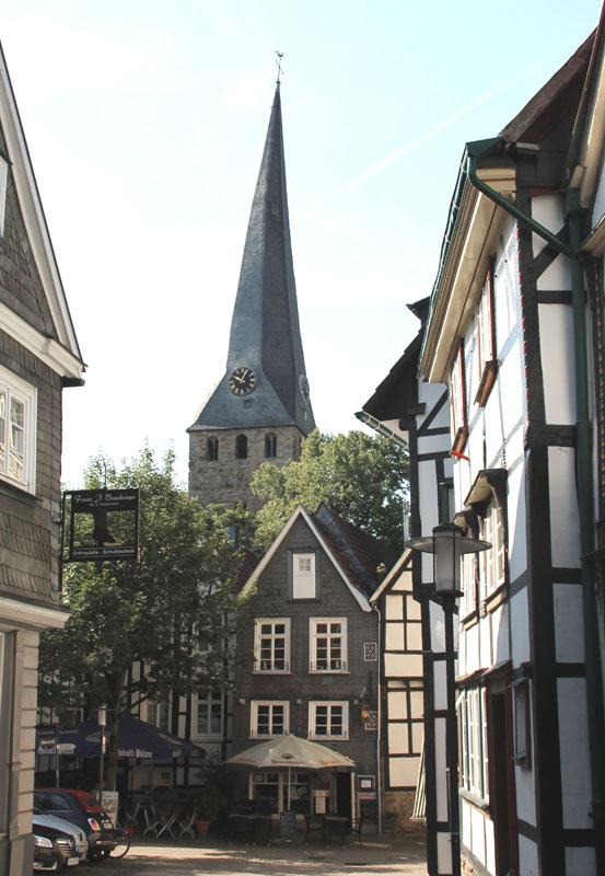 Das Bild zeigt den Blick auf die Kirche in Hattingen