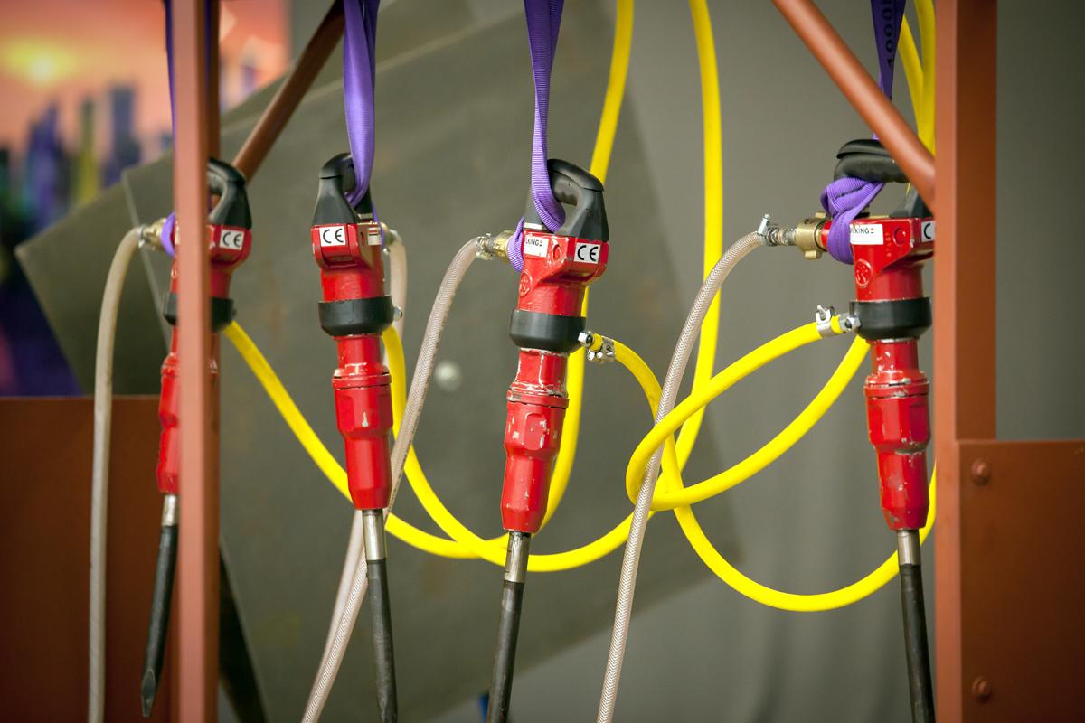 Das Foto zeigt vier rote Abbauhämmer