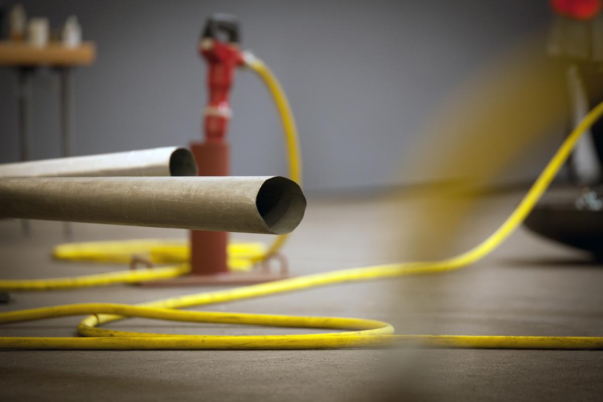 Das Bild zeigt Pfeifen und gelbe Kabel