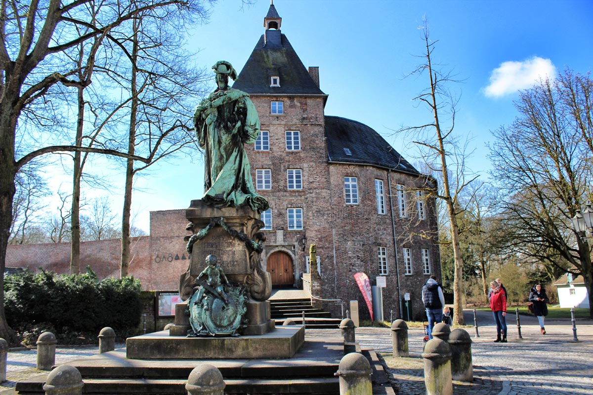 Das Foto zeigt das Moerser Schloss im Kreis Wesel