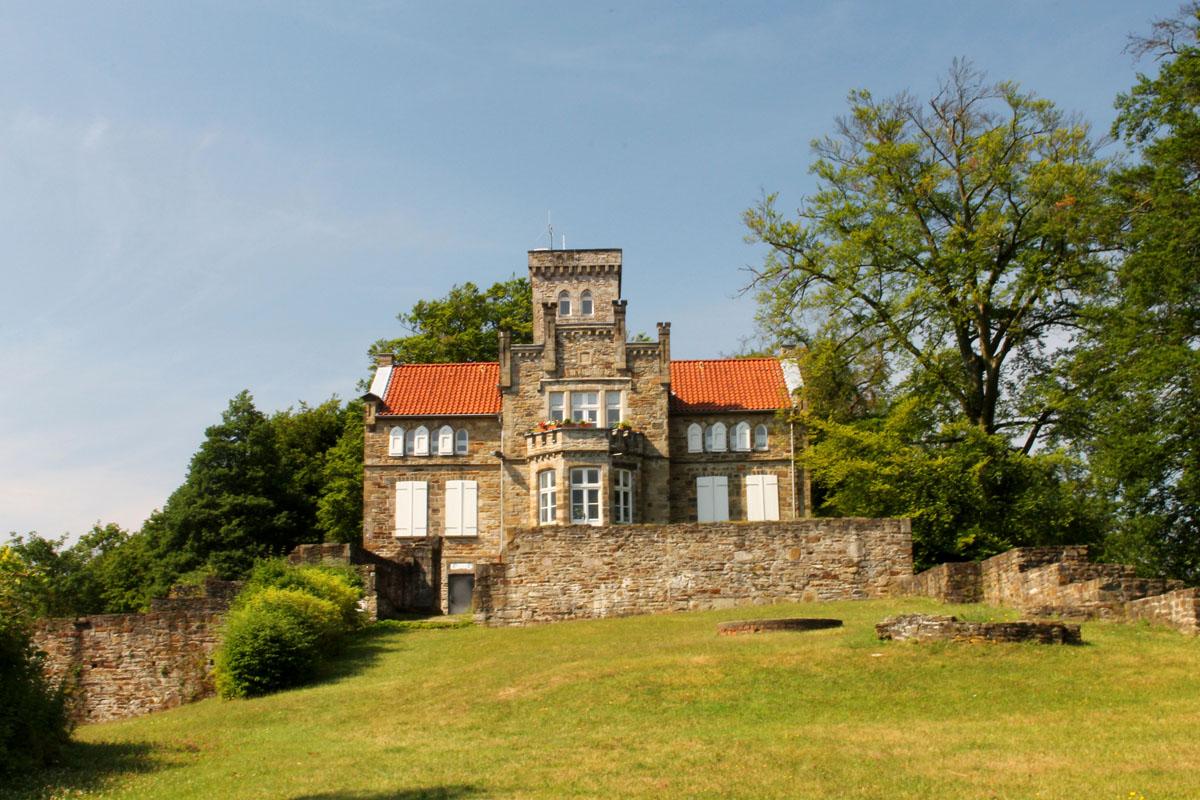 Das Foto zeigt ein Herrenhaus der Ruinen Isenburg