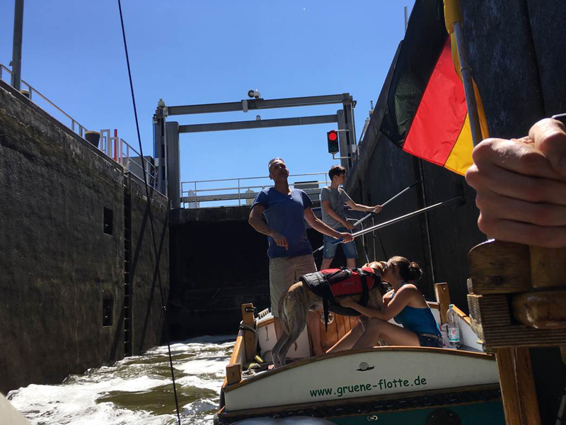 Das Bild zeigt ein Boot in einer Schleuse