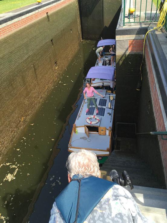 Das Bild zeigt zwei Hausboot in einer Schleuse