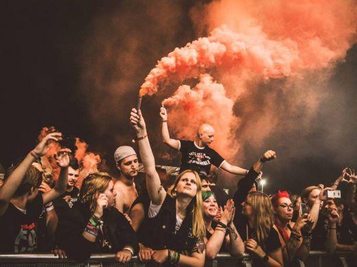 Das Bild zeigt Menschen mit Pyrotechnik beim Ruhrpott Rodeo