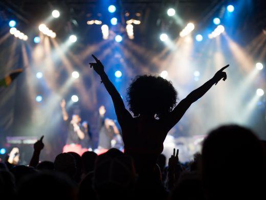 Das Bild zeigt den Schatten einer Frau im Publikum