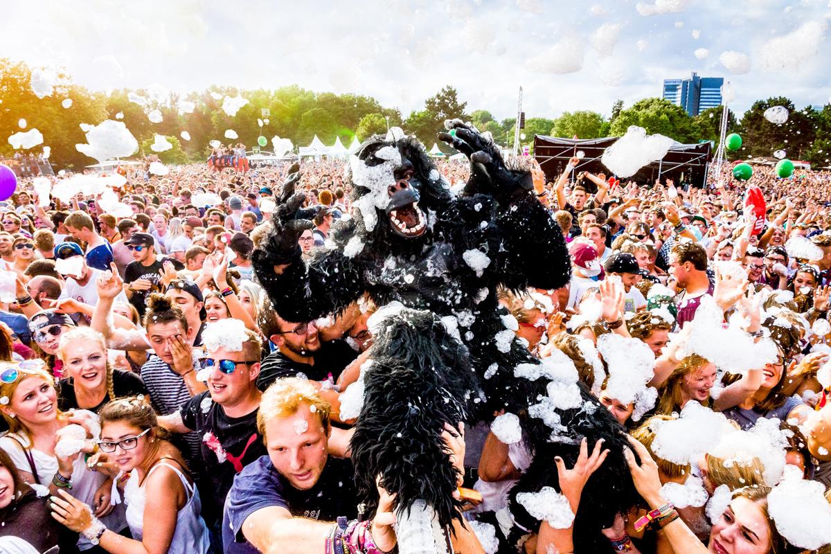 Das Foto zeigt das Publikum und eine Person im Affenkostüm