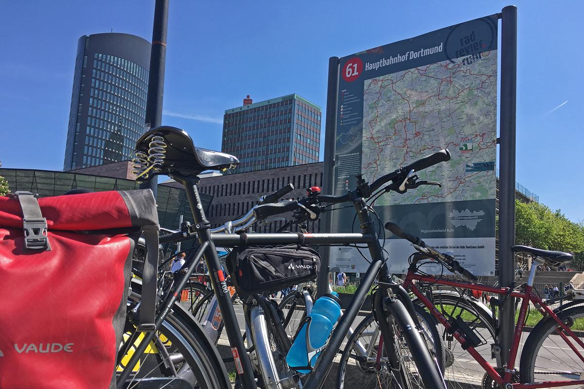 Das Bild zeigt Räder vor dem Hauptbahnhof Dortmund