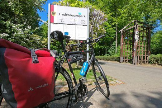 Das Bild zeigt ein Rad im Fredenbaumpark