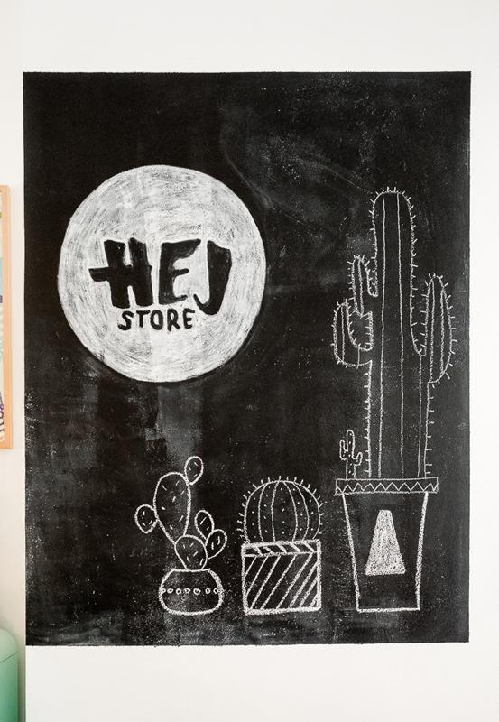 Das Bild zeigt ein Schild auf dem Hej Store steht