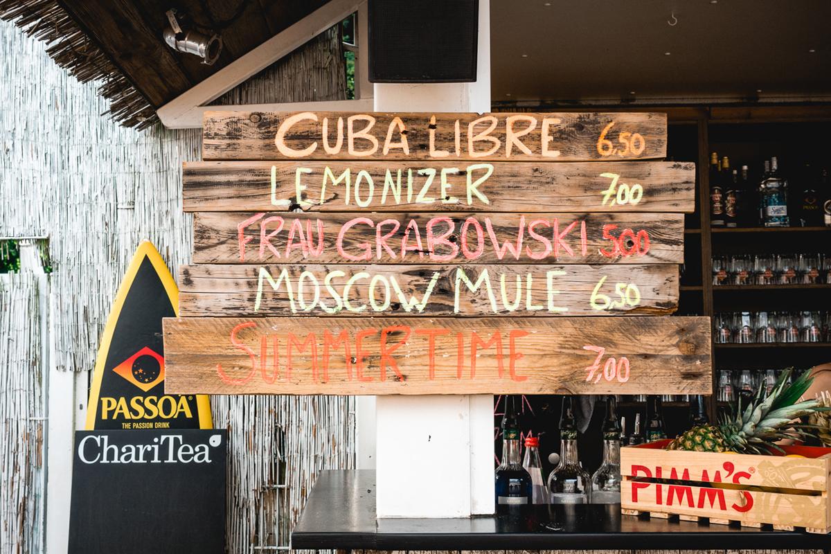 Das Bild zeigt Holzlatten mit Getränken beschriftet