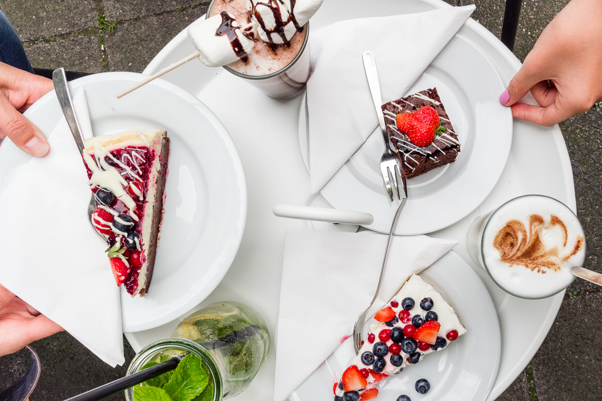 Das Foto zeigt verschiedene Kuchen und Getränke