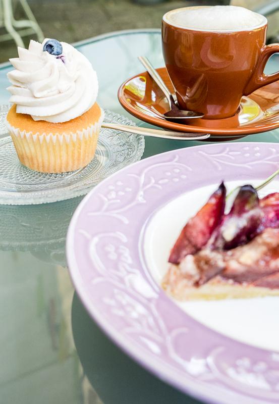 Das Bild zeigt Kaffee und Kuchen
