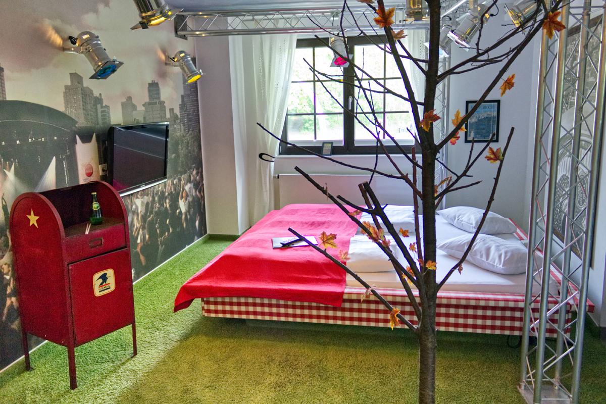 Das Bild zeigt ein Zimmer im Road Stop Motel