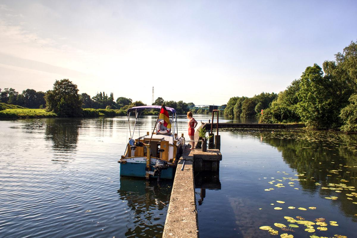 Das Bild zeigt Rebecca an einem Boot auf der Ruhr
