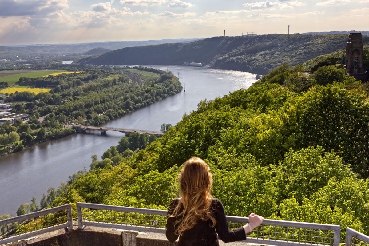 Das Bild zeigt Rebecca und den Ausblick auf die Ruhr