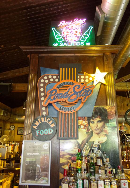 Das Bild zeigt die Bar des Road Stop Motels