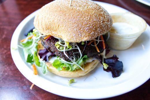 Das Bild zeigt einen Burger