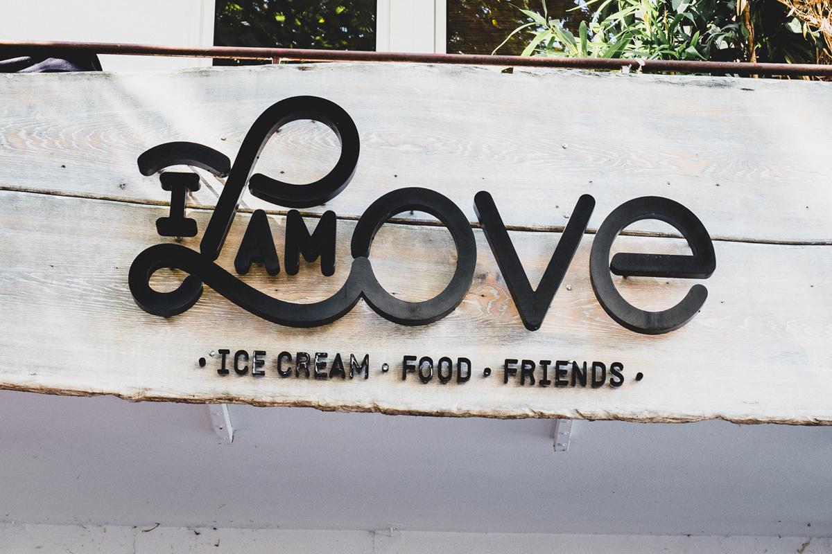 Das Foto zeigt das Schild des I AM LOVE in Bochum